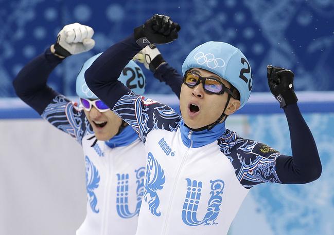 Российские шорт-трекисты Виктор Ан и Владимир Григорьерв, завоевавшие золото и серебро на дистанции 1000 м
