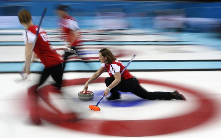 Керлингистки сборной США в матче кругового турнира по керлингу со сборной Швеции