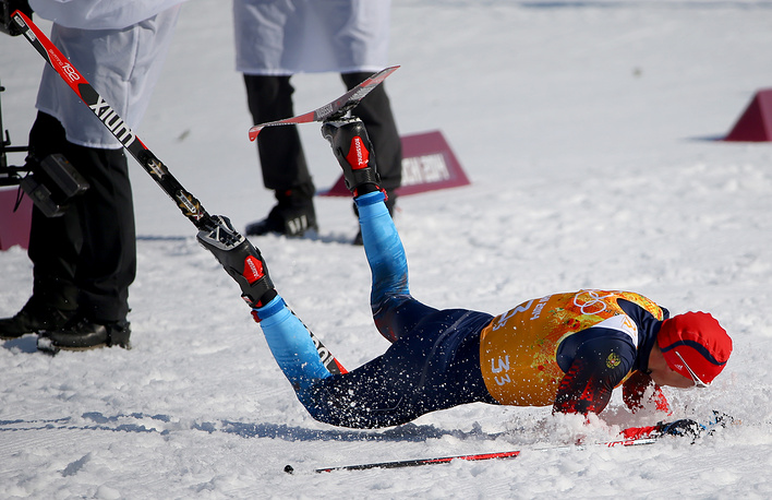 Александр Легков на финише эстафеты 4x10 км в соревнованиях по лыжным гонкам