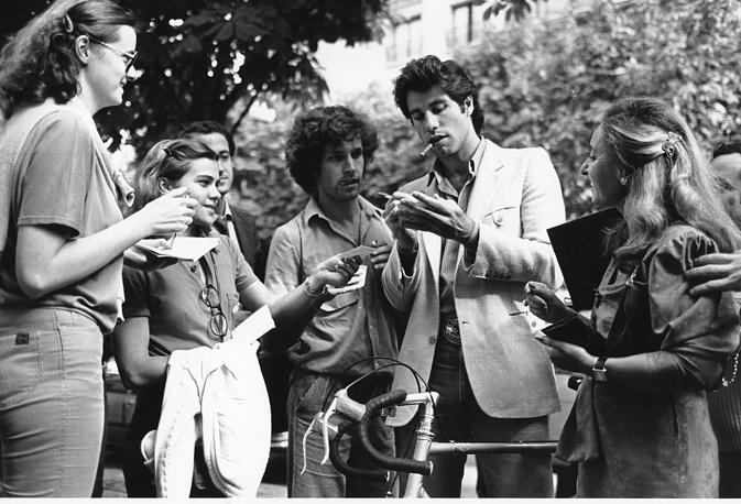 """В 1980 году в прокат выходит мелодрама """"Городской ковбой"""" с Джоном Траволтой и Деброй Уингер в главных ролях. Фильм запечатлел возрождение популярности кантри. На фото: актер раздает автографы своим поклонникам на премьере картины в Париже"""