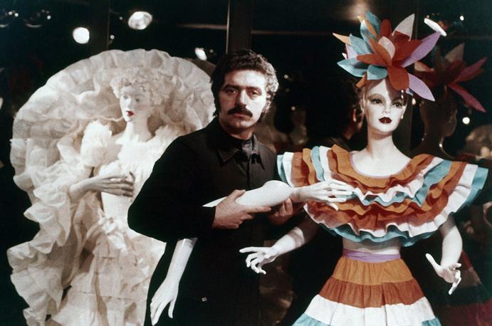Пако Рабанн экспериментировал, создавая коллекции нарядов из бумаги, которую считал одеждой будущего. На фото: Пако Рабанн и его коллекция платьев из бумаги, 1973 год