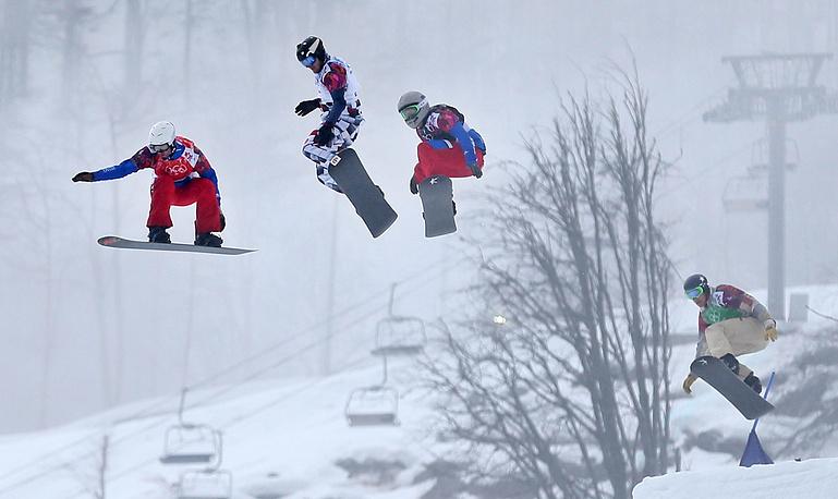 Французский спортсмен Пьер Вольтье, россиянин Николай Олюнин, французский спортсмен Поль-Анри де Ле Рю и американский спортсмен Алекс Диболд (слева направо) во время финальных соревнований по сноуборд-кроссу