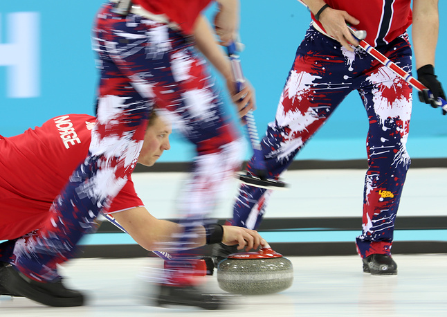 Керлингисты сборной Норвегии во время матча со сборной Великобритании