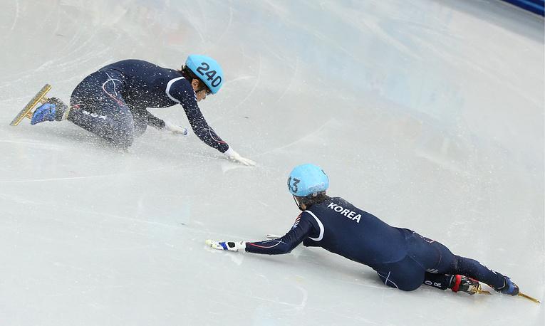 Корейские спортсмены Ли Хан Бин и Син Дэ Ун в полуфинальном забеге на 1500 м