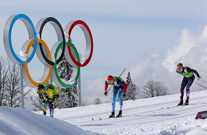 Спортсмен из Казахстана Алексей Полторанин, спортсмен из России Никита Крюков и спортсмен из США Эрик Бьорсен (слева направо) в командном спринте классическим стилем