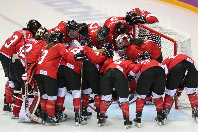 Игроки сборной Канады перед началом финального матча женского олимпийского турнира по хоккею против американок