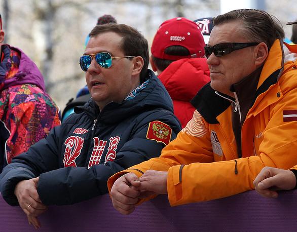 В последний день соревнований Дмитрий Медведев поздравил российских лыжников Александра Легкова, Максима Вылегжанина и Илью Черноусова, завоевавших все три медали на лыжной гонке свободным стилем на 50 км