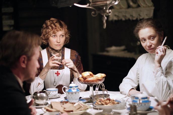 Светлана Письмиченко и Ингеборга Дапкунайте (справа налево) на съемках фильма режиссера Алексея Балабанова «Морфий» .