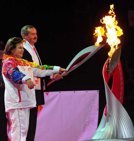 Валентина Терешкова и председатель правительства Ярославской области Александр Князьков во время эстафеты Олимпийского огня.