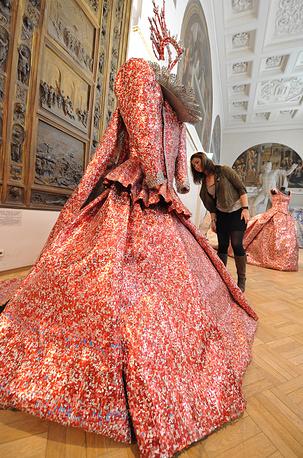 """Скульптура из алюминия """"Оперный костюм Марии Каллас"""""""