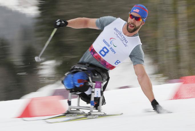 """Американец Аарон Пайк во время соревнований по лыжным гонкам на дистанции 15 км в категории """"сидя"""""""