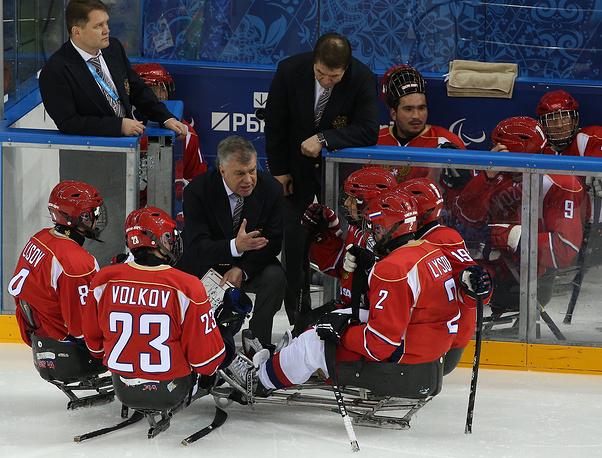 Главный тренер сборной России по следж-хоккею Сергей Самойлов (в центре)