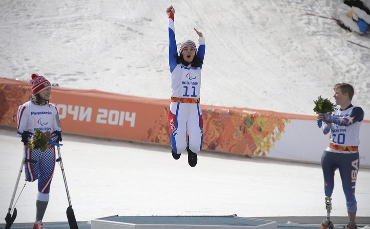 """Французская горнолыжница Мари Боше завоевала золото в супергиганте в категории """"стоя"""" (в центре), серебро - француженка Солен Жамбак (справа), Инга Медведева (слева) показала третий результат, но была дисквалифицирована"""