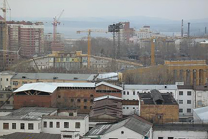 На переднем плане - корпусы следственного изолятора №1. На заднем плане - реконструируемое здание Центрального стадиона (входная группа справа)