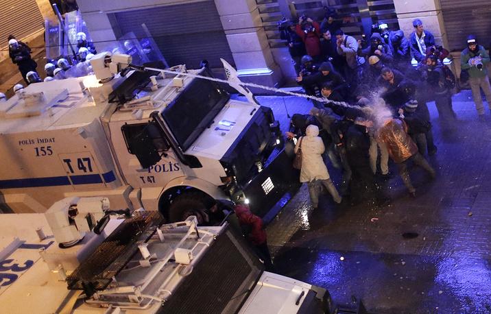 Полиция действовала по уже отработанной схеме: толпу через громкоговорители несколько раз предупреждали о штурме и необходимости разойтись