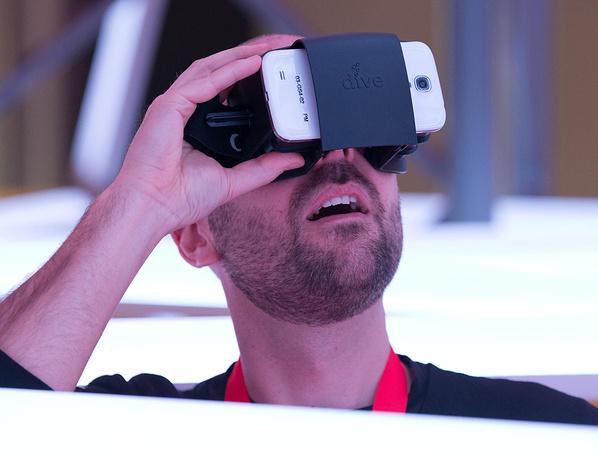 Наибольшее количество продукции представили Германия, Китай и Великобритания. На фото: смартфон с Dive-адаптером, позволяющим смотреть 3D-фотографии