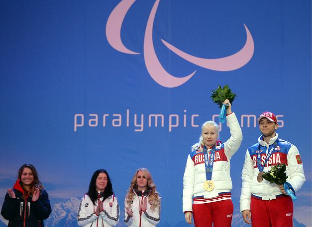 Александра Францева - двукратная паралимпийская чемпионка. Спортсменка завоевала медали в слаломе и суперкомбинации в соревнованиях по горным лыжам. На фото: Александра Францева и Павел Заботиный (справа)