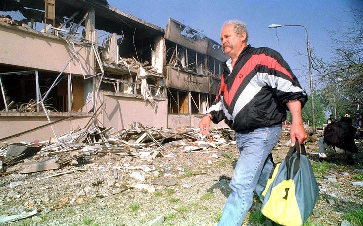 Разрушенное здание телестудии в городе Нови-Сад, май 1999 г.