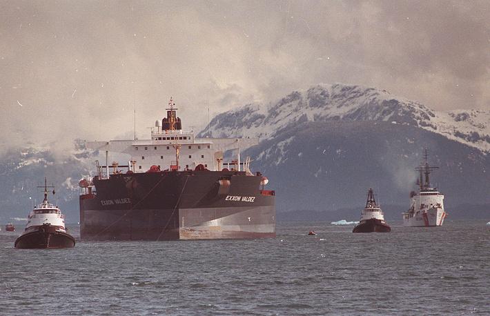 """Танкер длиной 301 м, шириной 50 м, глубиной 26 м был способен перевозить до 1,48 млн баррелей нефти. На фото: """"Эксон Вальдес"""""""