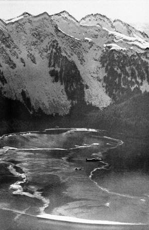 24 марта ночью капитан танкера Джозеф Хейзвуд передал управление судном третьему помощнику и вахтенному матросу, которые поставили танкер на автопилот. Сразу после полуночи произошло столкновение танкера с Блайт-рифом. На фото: сбор нефти на побережье в проливе Принца Вильгельма, март 1989 г.