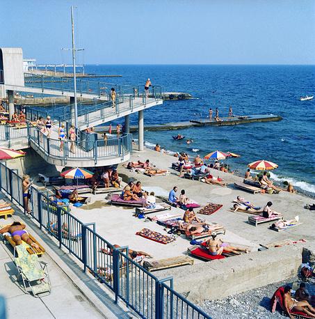 """На пляже гостиницы """"Ялта"""", 1981 год"""