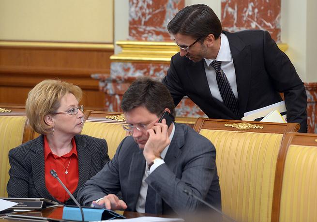 Министр здравоохранения Вероника Скворцова, министр энергетики Александр Новак, министр по связям с Открытым правительством Михаил Абызов (справа на втором плане)