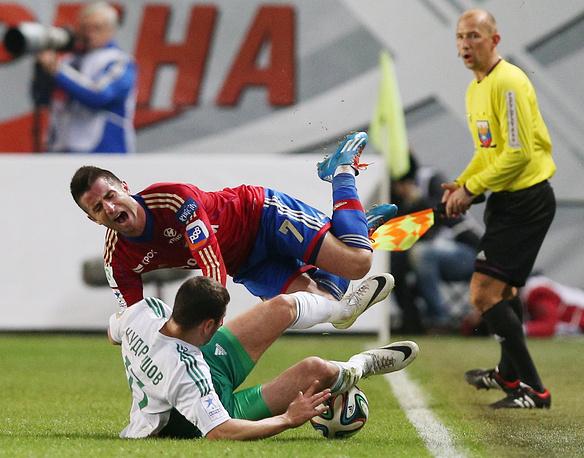 """Игрок """"Терека"""" Федор Кудряшов (внизу) и армеец Зоран Тошич (вверху)"""