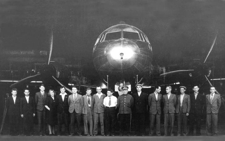 С.В.Ильюшин (седьмой справа) среди сотрудников ОКБ и опытного производства, принимавших участие в создании самолета ИЛ-12. Выкатка из цеха первого опытного самолета Ил-12 с дизельными двигателями АЧ-31.1945 год. Фото с выставки