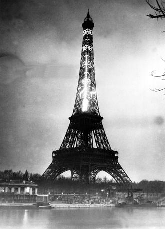 Эйфелева башня - визитная карточка Парижа и один из наиболее известных мировых памятников архитектуры. На фото: термометр из электрических лампочек на Эйфелевой башне, 1934 год