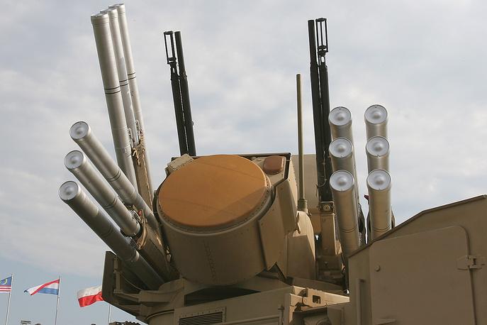 """ЗРПК """"Панцирь-С1""""(в центре радар сопровождения целей) — две двуствольные зенитные пушки и 12 ракет земля-воздух, готовых к запуску."""