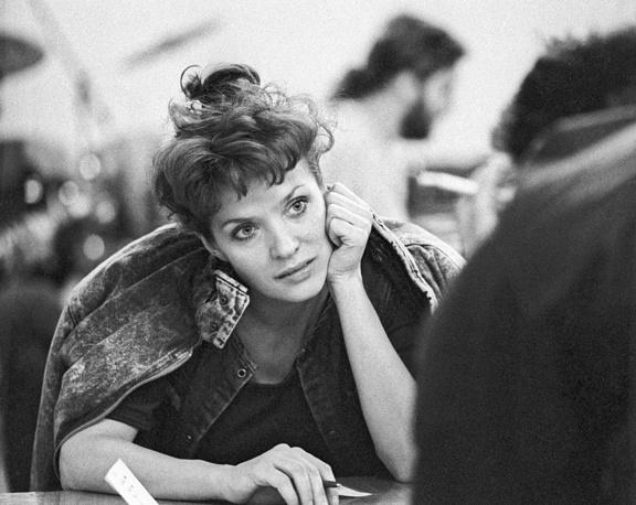 """В 1984 году поступила в ГИТИС на режиссерское отделение. Помимо западного репертуара и ряда современных песен в сопровождении инструментального ансамбля """"Лайма"""" начала исполнять латышские песни. На фото: Лайма Вайкуле, 1988 год"""