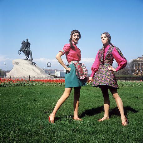 Демонстрация сарафана в духе старинной одежды (справа) и летнего наряда для отдыха. 1970 г.