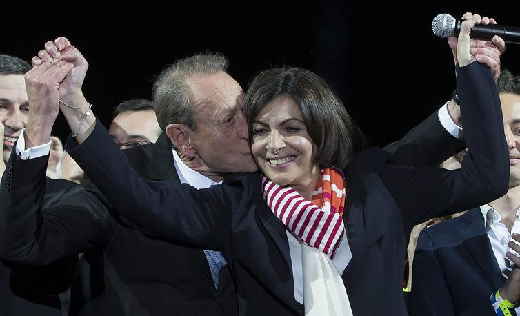 По результатам голосования муниципальных советников Идальго станет мэром Парижа и первой женщиной на этом посту. На фото: Анн Идальго и ее предшественник на посту мэра Парижа Бертран Деланоэ