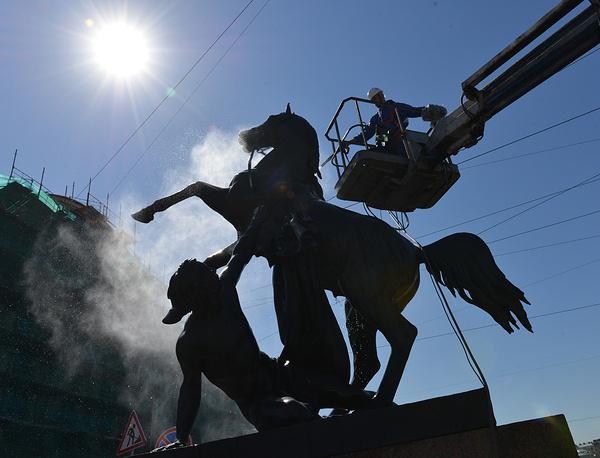 Купание коней Клодта на Аничковом мосту в Санкт-Петербурге.
