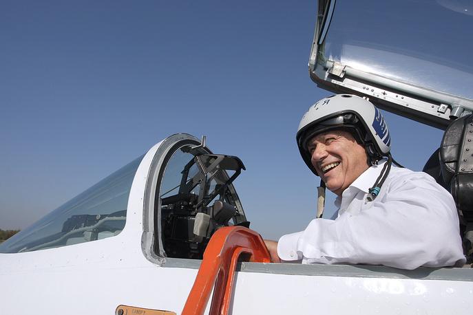 На фото: Владимир Познер в кабине истребителя МиГ-29 во время съемок телепроекта, 2007 год