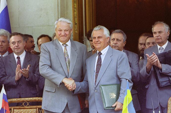 3 августа 1992 года в Мухалатке близ Ялты президенты двух стран Борис Ельцин и Леонид Кравчук подписали Соглашение о поэтапном урегулировании проблемы Черноморского флота. На фото: Борис Ельцин и Леонид Кравчук после церемонии подписания соглашения