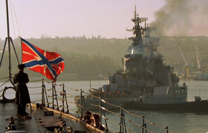 """28 мая 1997 года в Киеве были подписаны три соглашения между Украиной и Россией. На фото: совместные учения российского Черноморского флота и ВМС Украины """"Фарватер мира-97"""" в Севастополе, 1997 год"""