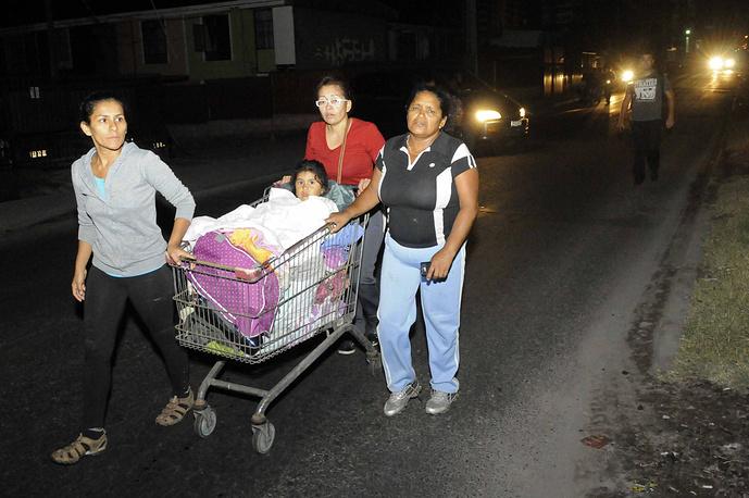 Жители города Икике покидают свои дома во время эвакуации