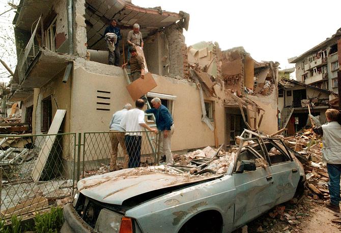 """Операция """"Союзная сила"""" в Югославии, 1999 год. Последствия бомбардировок НАТО в городе Алексинач, Югославия, 9 апреля 1999 года"""