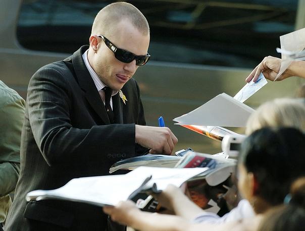 """Актер увлекался серфингом, скейтбордом, шахматами, фотографией и режиссурой. На фото: Хит Леджер дает автографы во время премьеры фильма """"Братья Гримм"""" в Лос-Анджелесе, 2005 год"""