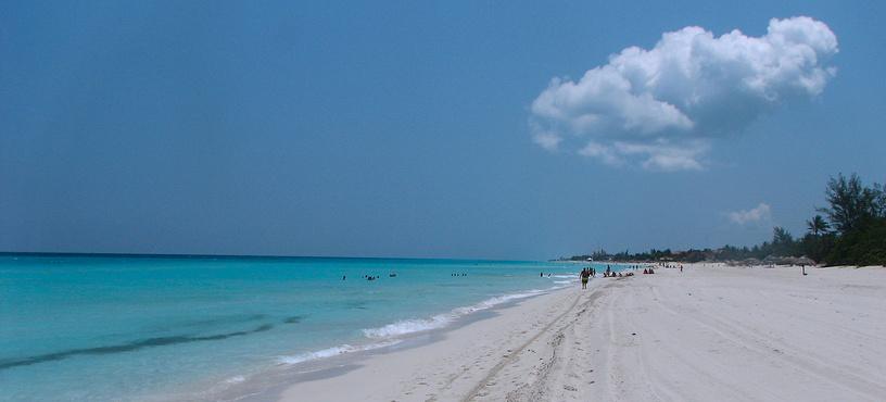 Впрочем, главное богатство Кубы - бесконечные песчаные пляжи и жаркий тропический климат. Среднегодовая температура составляет 25 °C. На фото: пляж в Варадеро