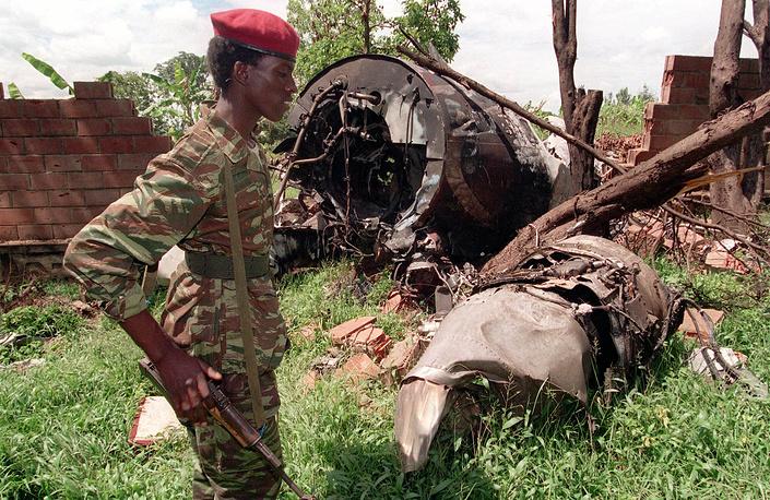 Вечером 6 апреля 1994 года на подлете к столице Кигали был сбит самолет, на котором летели президент Руанды Жювеналь Хабиаримана и президент Бурунди Сиприен Нтарьямира. Оба лидера погибли. На фото: боец Руандийского патриотического фронта (PRF) возле сбитого самолета, в котором находился президент Руанды Жювеналь Хабиаримана, май 1994 года