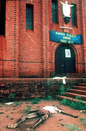 В течение ста дней геноцида скорость расправ в пять раз превышала скорость убийств в фашистских лагерях смерти в годы Второй мировой войны. На фото: церковь в Кигали, где произошло массовое убийство 5 тыс. человек 14 апреля 1994 года