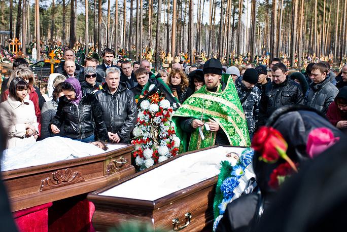 Похороны погибших в результате крушения самолета ATR-72 под Тюменью на Червишевском кладбище. 4 апреля 2012 года