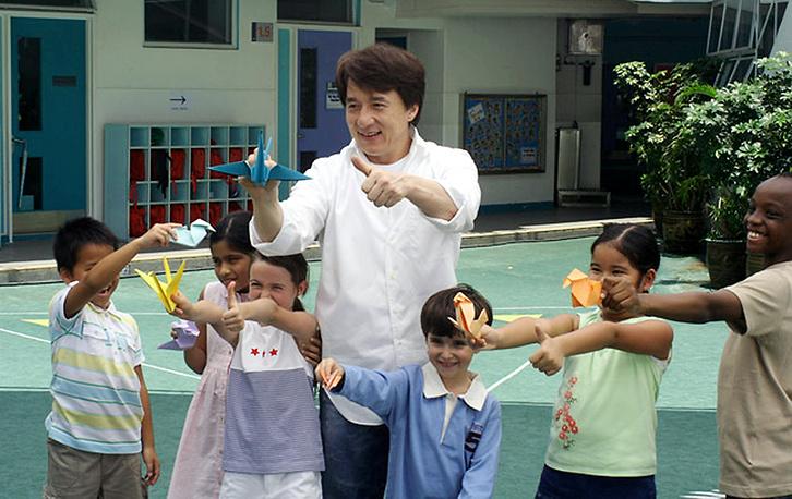 В июне 2006 года актер объявил, что завещает на благотворительные цели половину своего состояния. На фото: Джеки Чан играет с детьми во время съемок социальной рекламы, 2006 год