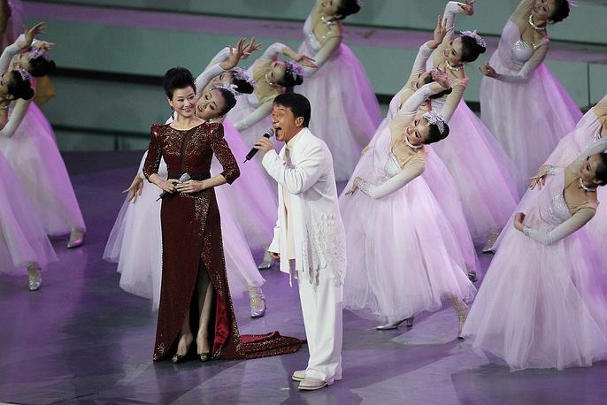 Чан известен и как успешный поп-исполнитель. С 1984 года он выпустил более 100 песен на 20 альбомах. На фото: Джеки Чан и певица Сун Жуин во время церемонии открытия World Expo в Шанхае, 2010 год