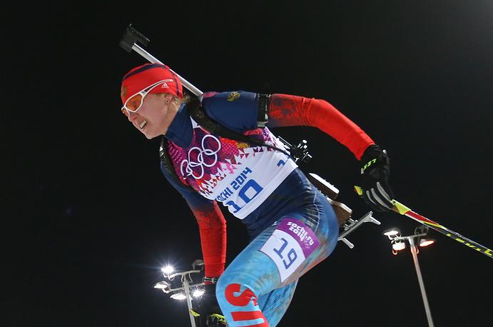 Спортсменка из России Яна Романова во время гонки преследования на 10 км в соревнованиях по биатлону среди женщин на XXII зимних Олимпийских играх в Сочи. Февраль 2014 года