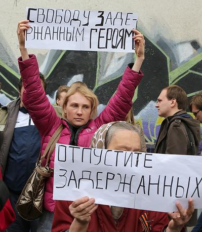 """На пикет у здания суда собрались более ста человек. У некоторых на одежде прикреплены георгиевские ленточки, в руках - плакаты """"Свободу борцам за справедливость!"""", """"Отпустите задержанных!"""", """"Нет репрессиям!"""""""