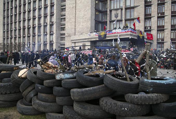 В Донецке несколько групп переговорщиков от власти продолжают вести диалог с митингующими, занимающими здание областной госадминистрации, с тем чтобы они добровольно покинули его