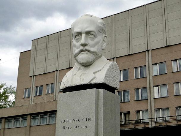 Другая точка - памятник Петру Чайковскому возле музыкального училища его имени в Екатеринбурге
